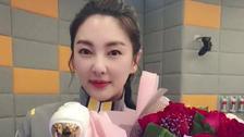 张雨绮离婚后微博首发声 手捧鲜花蛋糕心情靓