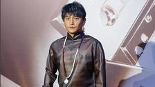 陈志朋塑料长袍配佛珠造型另类
