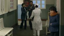 女儿割腕送去抢救 病房外的母亲崩溃了
