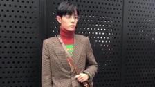 肖战复古风造型亮相时装周 红绿撞色毛衣温暖帅气